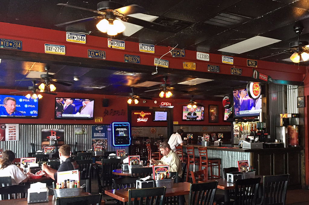Jakes Sports Bar Good Eats Houston-Local-Travel-Guide-Mike-Puckett-DDM